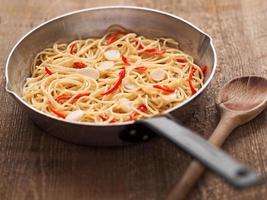 rústico tradicional italiano aglio olio macarrão espaguete foto