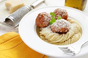 macarrão com almôndegas em molho de tomate, agrião e queijo parmesão