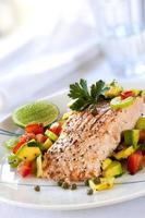 salmão com molho de abacate foto