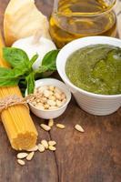 ingredientes da massa tradicional italiana pesto de manjericão foto