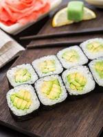 rolos de sushi com abacate