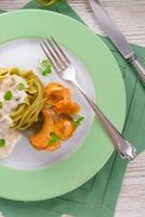 tagliatelle con spinaci ,, com chanterelles foto
