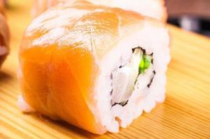 conjunto de rolo de sushi coberto de salmão