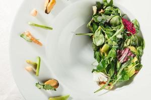 salada de abacate e camarão foto