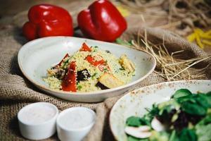 salada de quinoa com tomate, milho e feijão