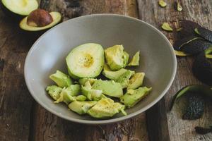 abacate em cima da mesa foto