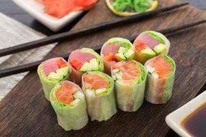 rolinhos primavera com atum e salmão foto