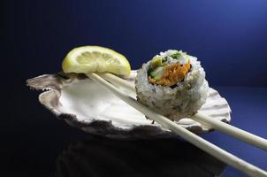 pedaço de sushi de rolo da Califórnia foto