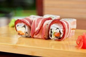 rolo de sushi com bacon