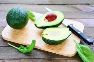 abacate fresco em uma placa de cozinha foto