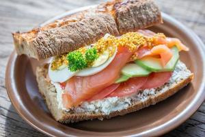 sanduíche com salmão, abacate e ovos foto