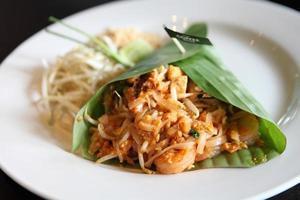 comida tailandesa padthai macarrão frito com camarão foto