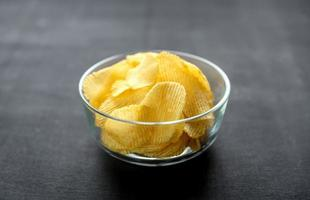 batatas fritas na tigela de vidro foto