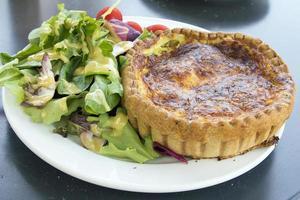 pastelaria quiche lorraine com salada closeup foto