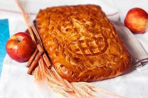 torta de massa com maçã e canela em uma natureza morta foto