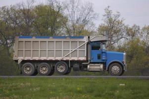 caminhão basculante foto