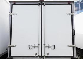 portas traseiras do novo caminhão de carga branca foto