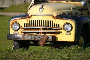 caminhão antigo com placa enferrujada foto