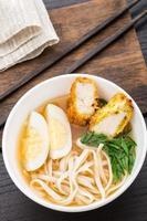 sopa de macarrão com frango foto