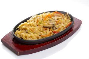 macarrão udon. comida asiática. legumes. cogumelos. isolado. foto