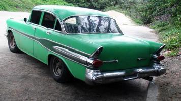 cena de um carro clássico americano foto