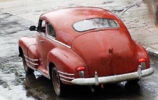 lindo carro clássico vermelho velho na estrada foto