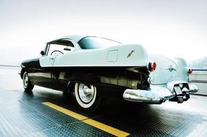 carro antigo estacionado no telhado da garagem foto