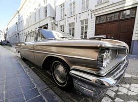 carro clássico estacionado em uma rua foto