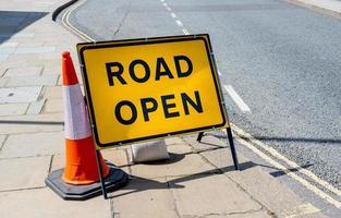 sinal de trânsito afirmando estrada aberta foto