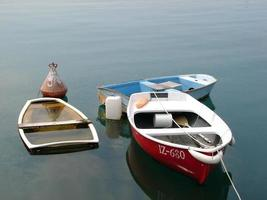 barcos de pesca coloridos, meio afundados foto