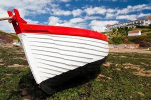 ancoradouro de barco de pesca na maré baixa foto