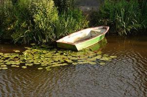 barco em um rio foto