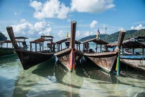 barco de cauda longa na ilha de surin