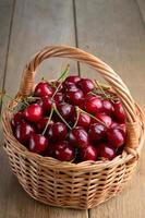 cesta de cerejas orgânicas foto
