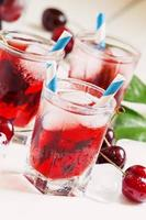 bebida vermelha cereja com gelo em forma de coração foto