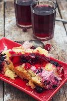 fatia de bolo caseiro de frutas foto