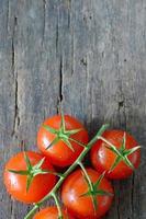 tomate cereja maduro na madeira foto