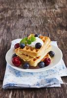 waffles belgas com frutas foto