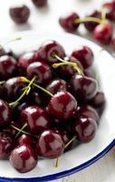 cereja doce em um prato foto