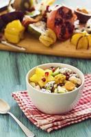 salada de frutas tropicais exóticas em uma tigela foto