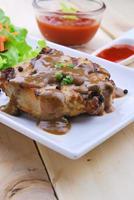 bifes grelhados, carne de porco com molho de pimenta e salada de legumes