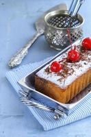 bolo de libra com açúcar em pó e frutas foto