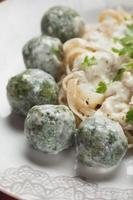bolinhos de espinafre com massas italianas foto