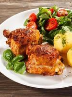 pernas de frango assadas, batatas cozidas e legumes