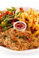 bifes fritos, batatas fritas e legumes