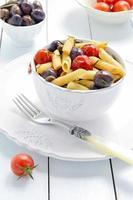 macarrão penne, culinária italiana. foco seletivo. foto