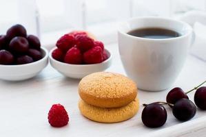 biscoitos de shortbread e uma xícara de café no café da manhã foto