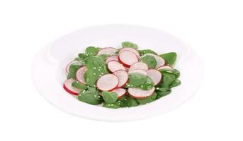 salada de rabanete com espinafre e gergelim. foto