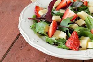 salada gourmet com morangos frescos e queijo foto