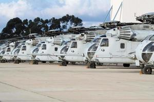 helicópteros militares alinhados